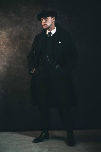 retro 1920er englische gangster. peaky blind style. - scheuklappe stock-fotos und bilder