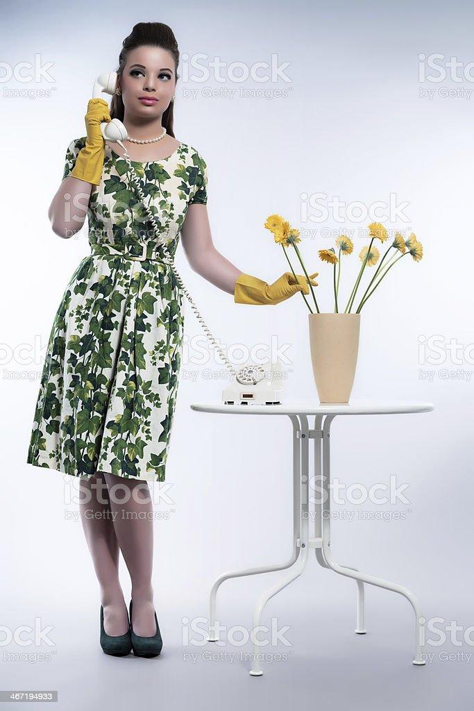 Femme mode rétro années 50 au téléphone portant des gants en caoutchouc.  photo libre de 918d2e50783c