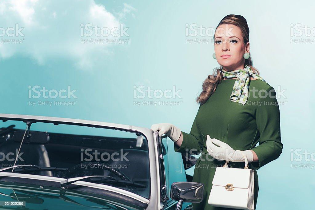 Retro 60er Jahre Frau Im Grünen Kleid Stehend Nächsten Cabrio Auto ...