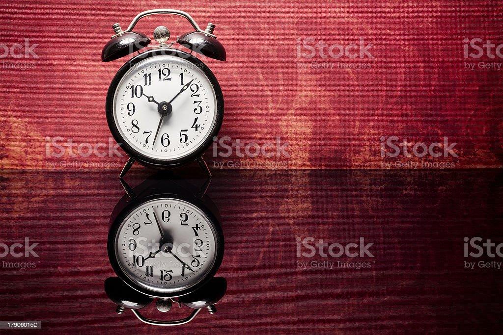 info for b2995 f1039 Retro Alarm Clock On Vintage Wallpaper 照片檔及更多1960-1969 ...