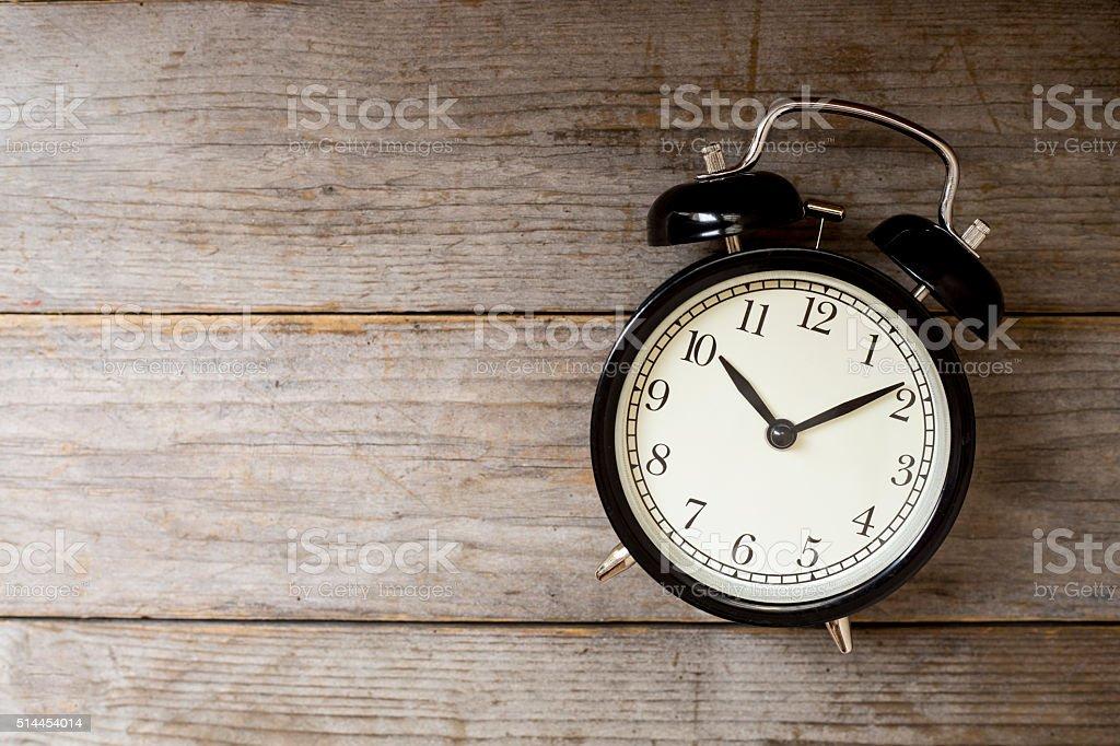 Retro Radio despertador en mesa de madera - foto de stock