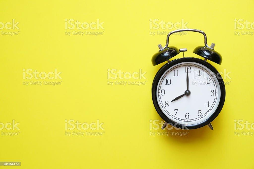 노란색 배경, 빈티지 스타일 레트로 알람 시계 - 로열티 프리 개념 스톡 사진