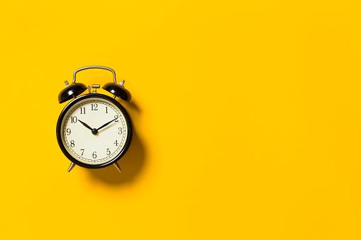 Retro Reloj Despertador Foto de stock y más banco de imágenes de Amarillo - Color