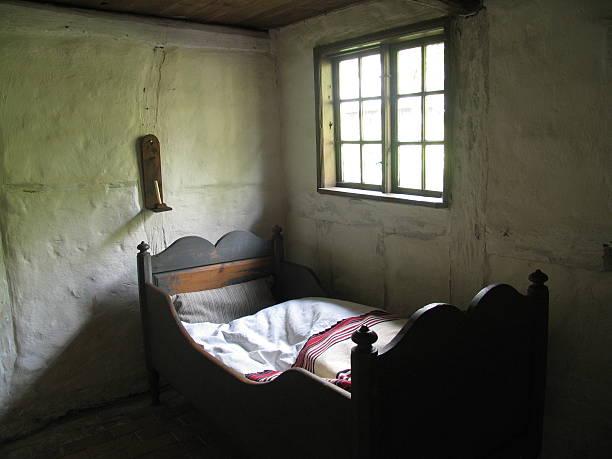 retro-schlafzimmer - bauernhaus bett stock-fotos und bilder
