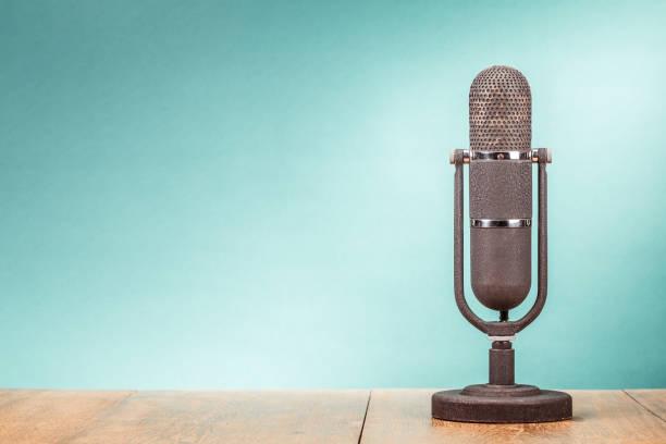 Retro-große Mikrofon aus 50er Jahren am vorderen gradient Mintgrün Tabellenhintergrund. Vintage alte Stil gefilterten Foto – Foto