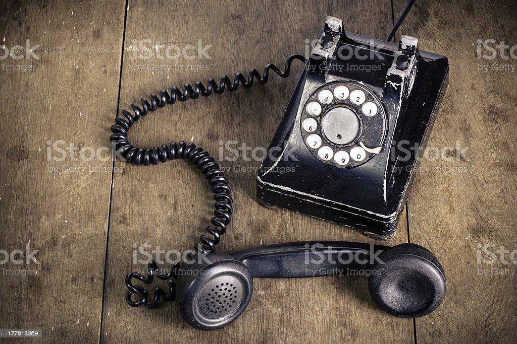 Retro preta telefone na mesa de madeira velha de fundo - foto de acervo