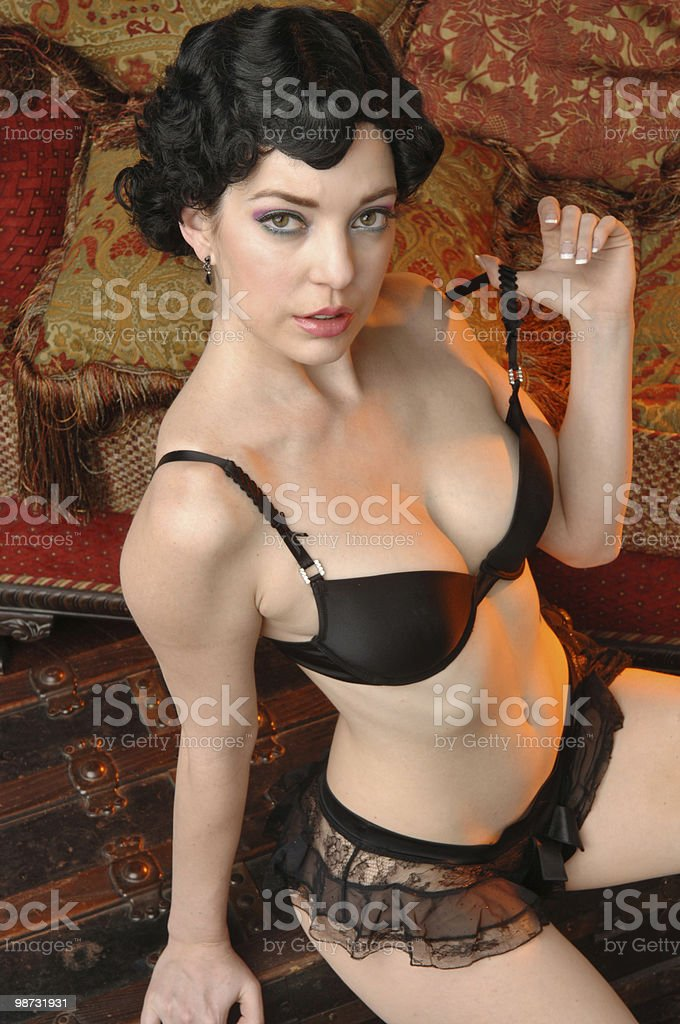 Retrò brunette modello in lingerie nera foto stock royalty-free