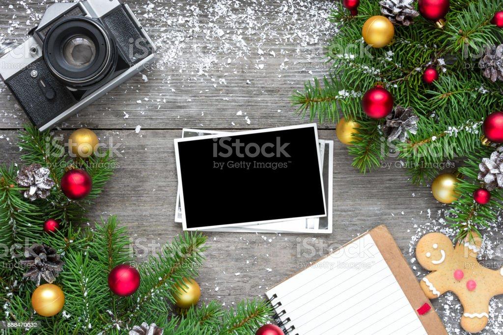 Fotografía de Retro Cámara Y Navidad Marco De Foto En Blanco Con ...