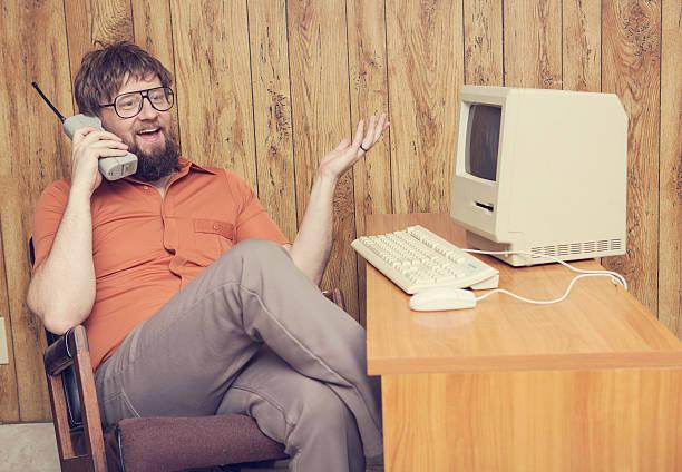 retro-Handy 80er Jahre Mann am computer – Foto
