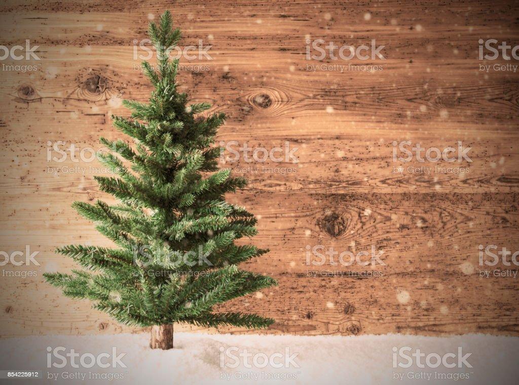 Árvore de Natal retrô, neve, cópia espaço, fundo de madeira - foto de acervo