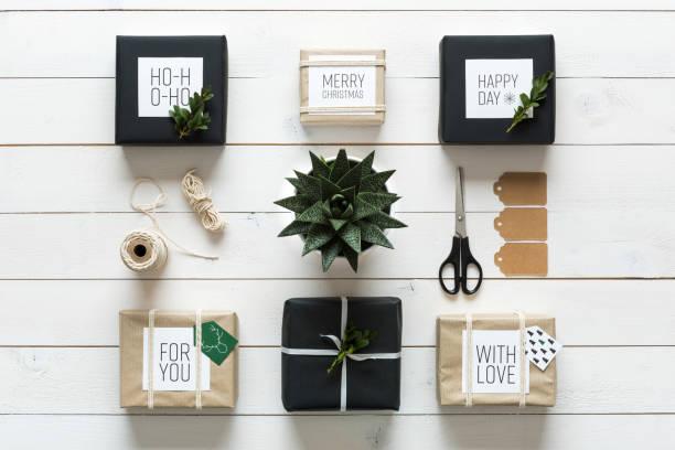 retro-weihnachten verpackung station, schreibtisch-ansicht von oben, diy xmas - diy xmas stock-fotos und bilder