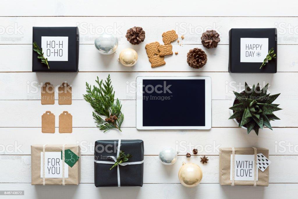 Retro-Weihnachten, Wickelstation, von oben, Online-shopping-Konzept – Foto