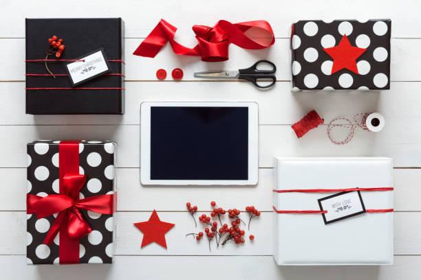 retro-weihnachten, wickelstation, von oben, online-shopping-konzept - günstige weihnachtsgeschenke stock-fotos und bilder