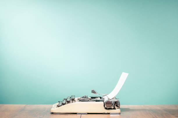 Retro-klassischen Schreibmaschine aus ca. 1950er Jahre mit Blatt Papier auf Holz Schreibtisch Aquamarin Vorderwand Hintergrund. Vintage alte Stil gefilterten Foto – Foto