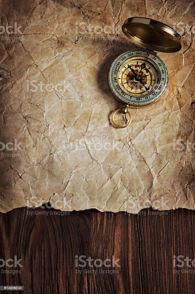 Retro compass on old yellowed paper - foto de stock