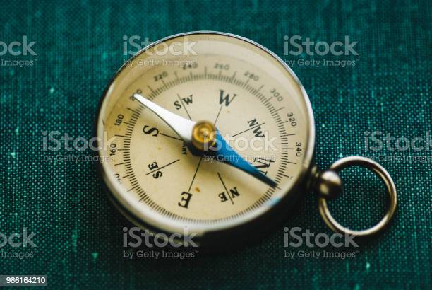 Retro Compass With Arrow — стоковые фотографии и другие картинки Восток