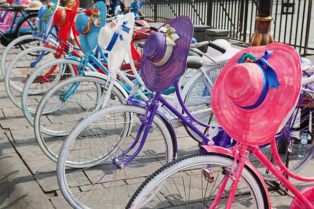 retro-design, alte bunte fahrrad mit frau mützen und helmen - günstig nach amsterdam stock-fotos und bilder