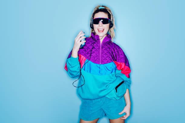 retro-mode stil frau achtziger jahre ära - flippige outfits stock-fotos und bilder