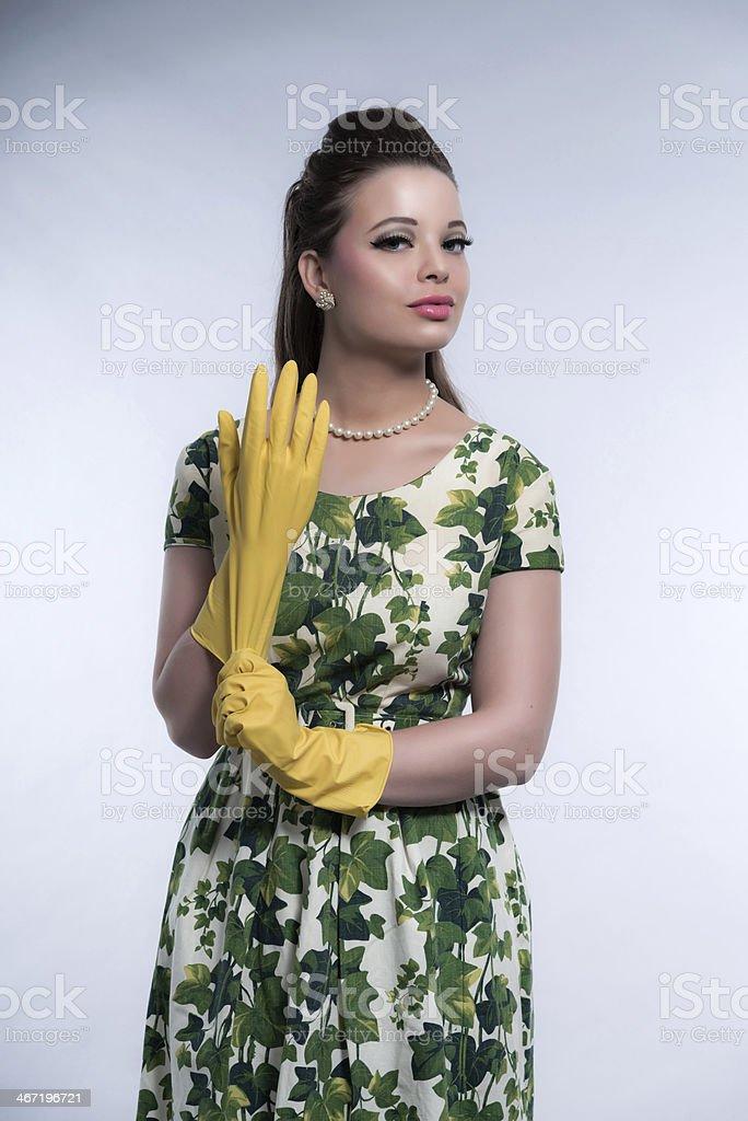 Femme mode rétro années 50 en portant des gants en caoutchouc. photo libre  de droits 7e89e7d665e8
