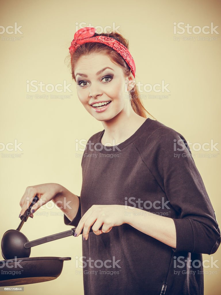 Retro girl cooking and frying on pan. foto de stock royalty-free