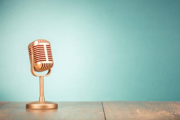 retro gouden microfoon voor persconferentie of interview op tabel front kleurovergang mint groen achtergrond. vintage oude stijl gefilterde foto - archiefbeelden stockfoto's en -beelden