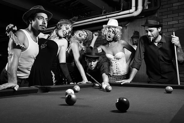retro-gruppe spielt den pool. - 20er jahre stock-fotos und bilder
