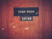 レトロなグランジの検査室のドア
