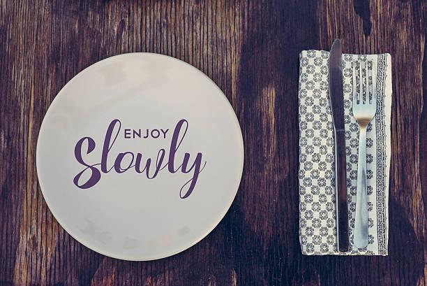 retro küche-elemente auf holz genießen sie dann langsam - motivationsfitness zitate stock-fotos und bilder