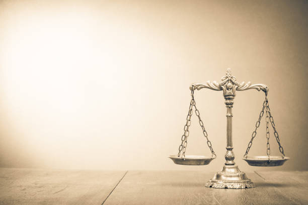 Retro-Gesetz skaliert auf Tisch. Symbol der Gerechtigkeit. Vintage-Stil Sepia Foto – Foto