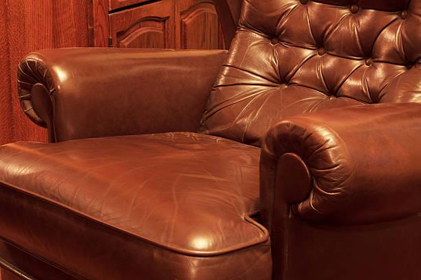 retro-leder-sofa - gepolsterte bank stock-fotos und bilder