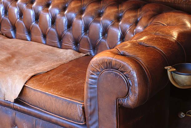 retro-leder-sofa - ledersessel braun stock-fotos und bilder