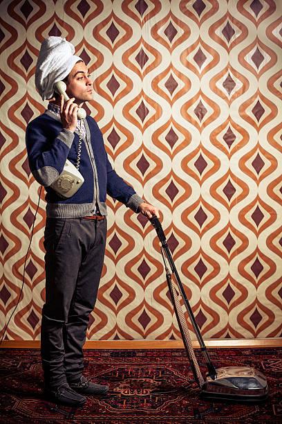 レトロな男性の掃除機を使用して、電話で話している ストックフォト