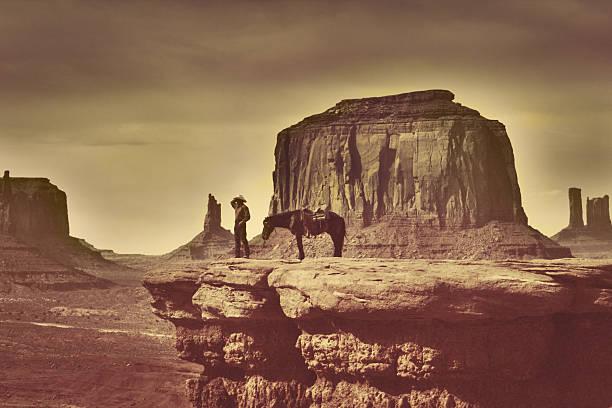 retro-indianer cowboy in südwestlicher richtung monument valley tribal park - navajo stil stock-fotos und bilder