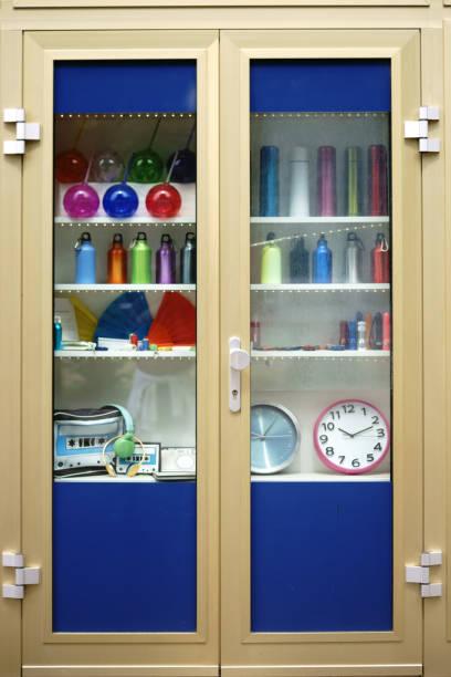 retro-objekte in glasvitrine - vitrinenschrank stock-fotos und bilder