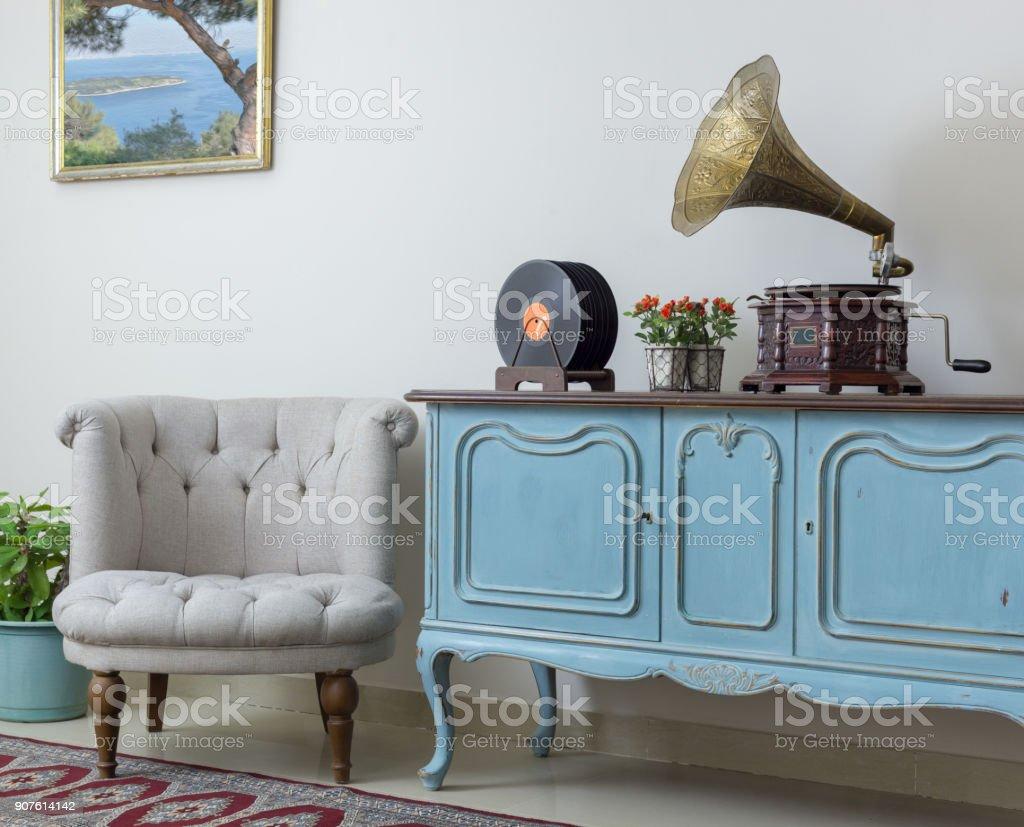 Retro uit wit fauteuil vintage houten licht blauwe dressoir oude