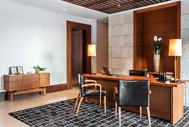 retro-büro innenraum mit schreibtisch und sessel - arbeitszimmer möbel stock-fotos und bilder