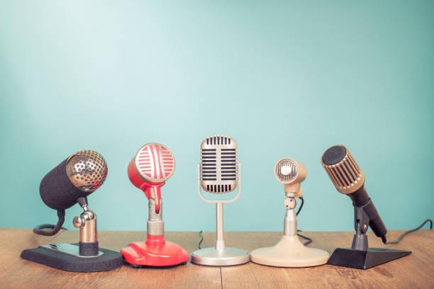 Retro-alte Mikrofone für eine Pressekonferenz oder Interview auf Tisch. Vintage-Stil gefilterten Foto – Foto