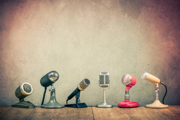 retro oude microfoons voor persconferentie of interview op houten bureau. vintage instagram stijl gefilterde foto - archiefbeelden stockfoto's en -beelden