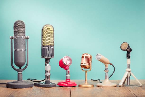 retro-alte mikrofone für eine pressekonferenz oder interview aufzeichnen auf tisch vorne aquamarin verlaufshintergrund. vintage alte stil gefilterten foto - boxen live stock-fotos und bilder