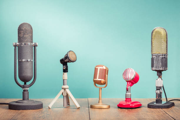 Retro-alte Mikrofone für Pressekonferenzen oder Interviewaufzeichnung auf Holztisch Gradienten Aquamarin-Wandhintergrund. Vintage alten Stil gefiltert Foto – Foto