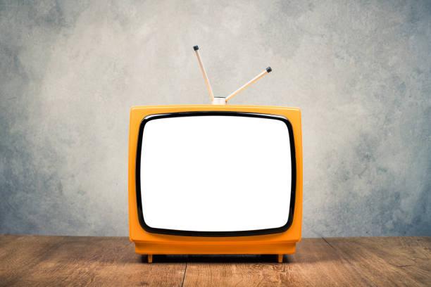 retro stary pomarańczowy przenośny odbiornik tv ramki na drewnianym stole z przodu teksturowane grunge betonowe tło ściany. vintage instagram styl filtrowane zdjęcie - archiwalny zdjęcia i obrazy z banku zdjęć