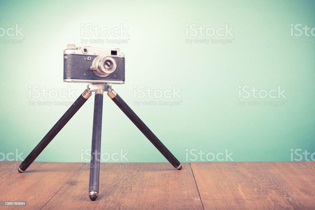 Entfernungsmesser Mit Stativ : Retroalte veraltete entfernungsmesser filmkamera mit stativ aus
