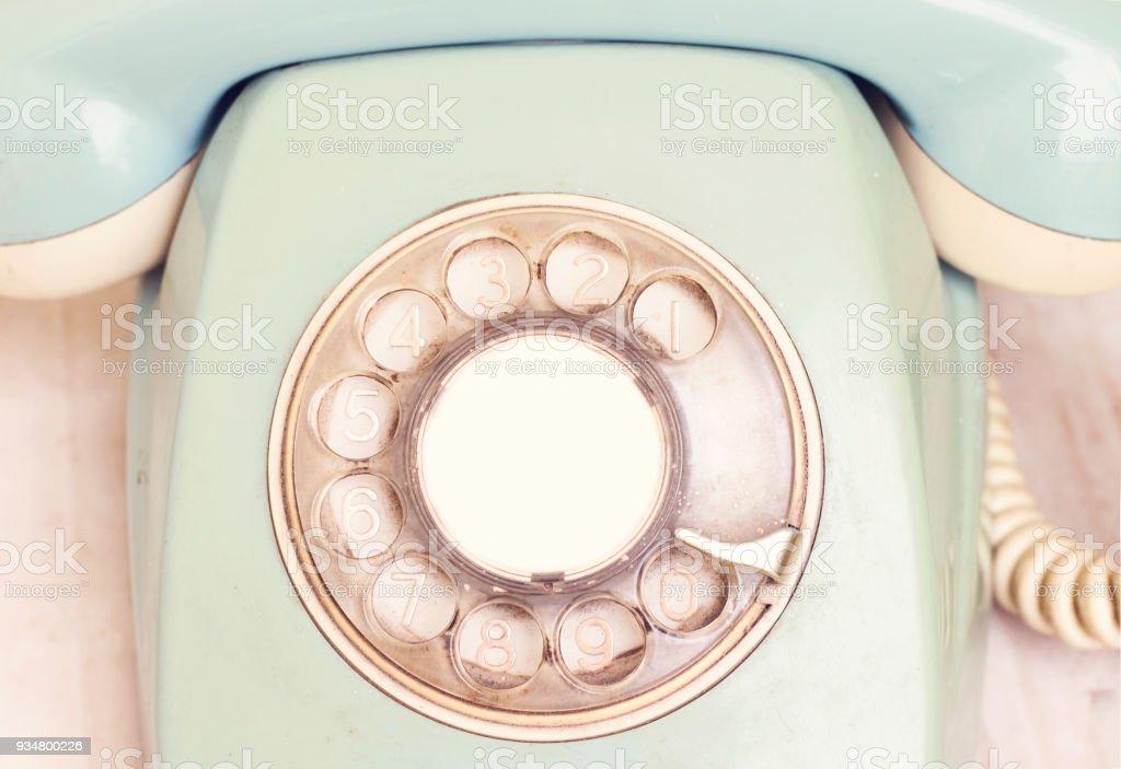 흰색 테이블에 레트로 오래 된 전화 - 로열티 프리 0명 스톡 사진