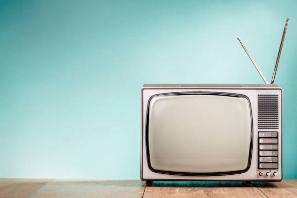 Retro-alte TV-Empfänger auf dem Tisch Aquamarin Vorderwand gradient Hintergrund. Vintage-Stil gefilterten Foto – Foto