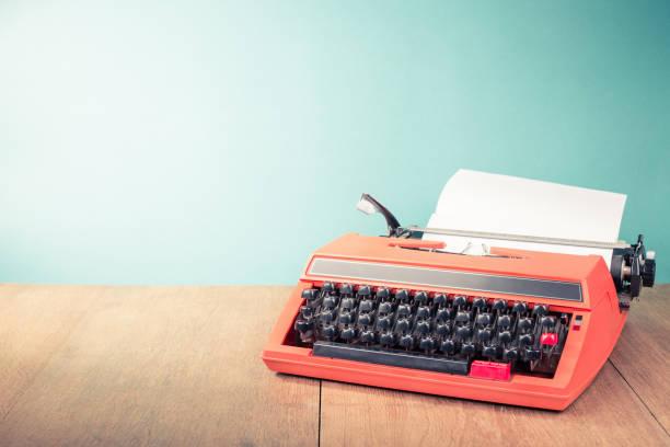 Retro-alte Schreibmaschine mit Papierblatt auf Holztisch vorderen Mintgrün Hintergrund. Vintage-Stil gefilterten Foto – Foto