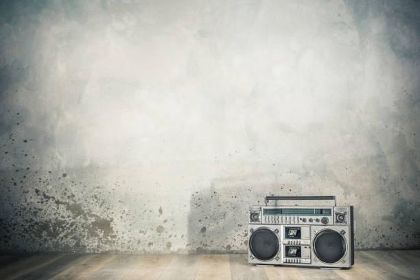 Retro veraltete tragbare Stereo-Boombox-Funkkassetten-Recorder aus 80er-Jahre-Frontschallrückgang mit Schatten. Vintage alten Stil gefiltert Foto – Foto