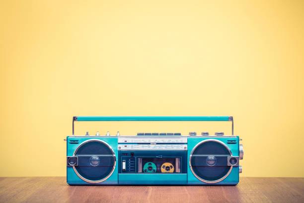 Retro-veraltete portable Stereo-Minze grün Radio Kassettenrecorder aus 80ern vorne gelb hinterlegt. Vintage alte Stil gefilterten Foto – Foto