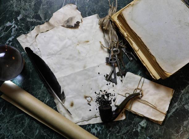 retro-papiere und buch über tabelle mit detektiv werkzeuge hintergrund - gebrauchte bücher verkaufen stock-fotos und bilder