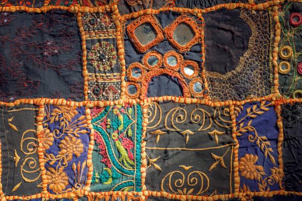 retro-patchwork auf alte baumwolle handgefertigter teppiche. muster auf die textur des vintage decke oberfläche mit blumen - modedetails stock-fotos und bilder