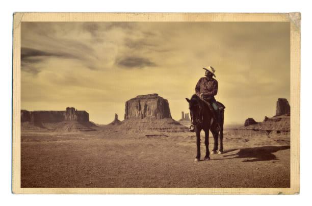 retro zdjęcie western cowboy native american z koniem w monument valley tribal park - archiwalny zdjęcia i obrazy z banku zdjęć